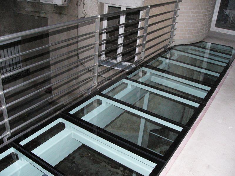erkély járólap üvegezése
